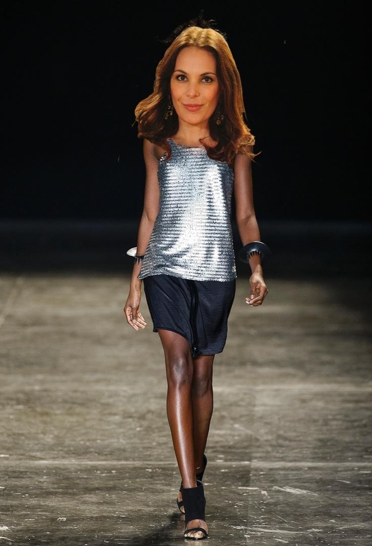 O look metalizado da Uma poderia ser usado por Alexia (Carolina Ferraz)