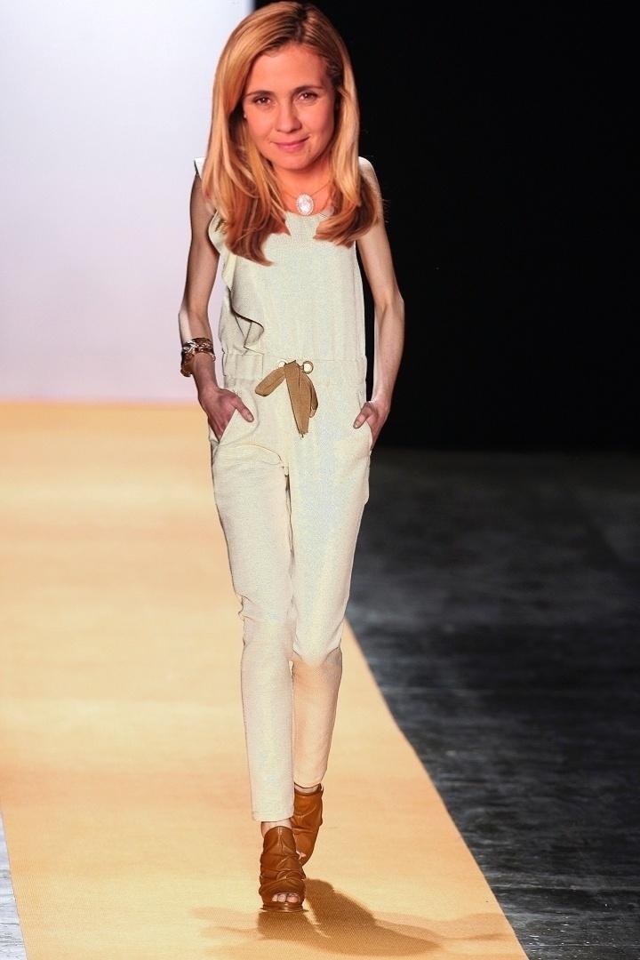 O macacão Juliana Jabour combina com o estilo de Carminha (Adriana Esteves) por ser todo branco, comportado e com babados