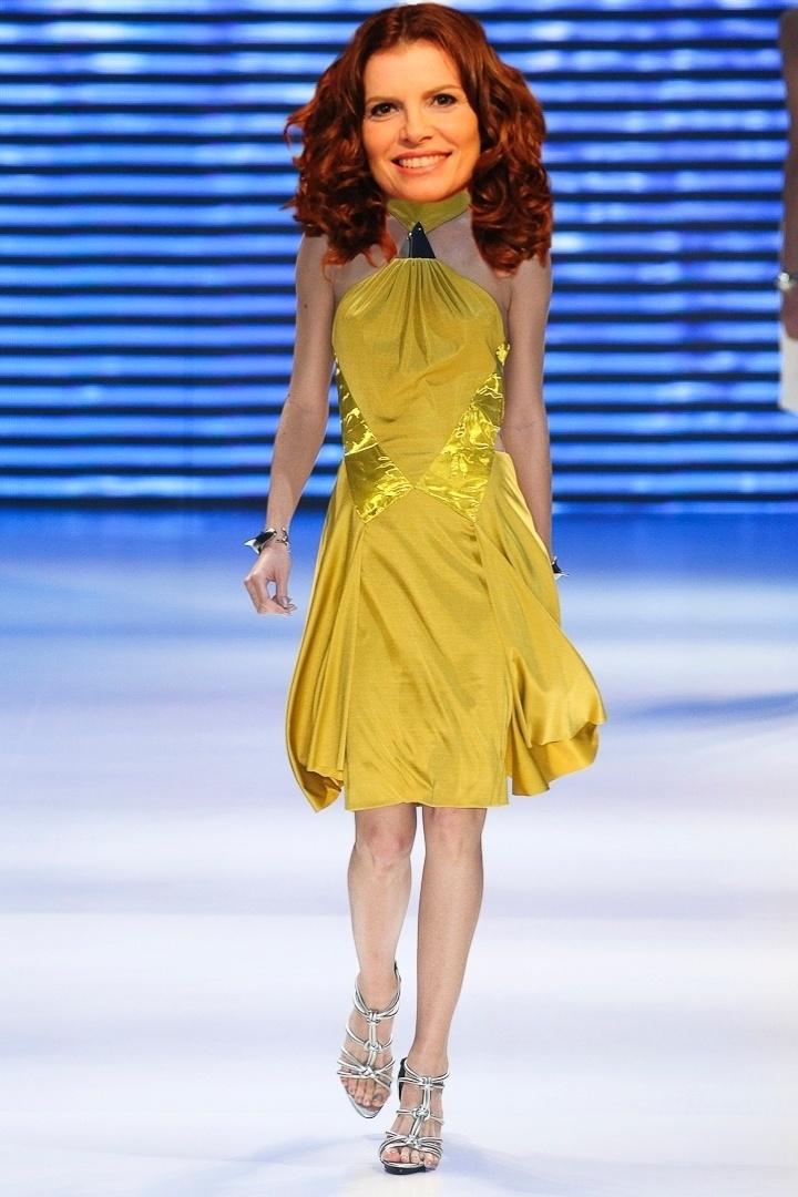 """O vestido amarelo Iódice é preso ao pescoço com um triângulo de metal e combina com os looks usados por Verônica (Debora Bloch) em """"Avenida Brasil"""""""