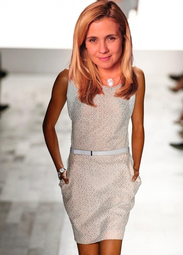 """O vestido branco da Forum é parecido com os que Carminha (Adriana Esteves) costuma usar na novela """"Avenida Brasil"""""""