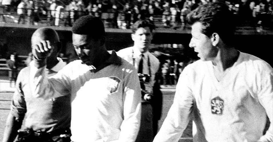 Pelé deixa jogo contra a Tchecoslováquia após contusão durante a Copa de 1962.