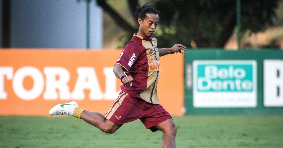 Ronaldinho Gaúcho se movimentou bem no coletivo do Atlético contra juniores (15/6/2012)