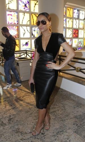 Sabrina Sato prestigiou o quinto dia de desfiles da São Paulo Fashion Week (15/6/12)