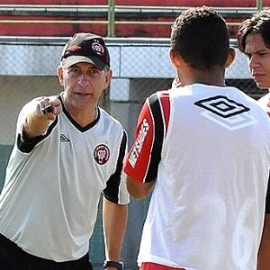 Técnico Ricardo Drubscky orienta jogadores do Atlético em treinamento (15/06/2012)
