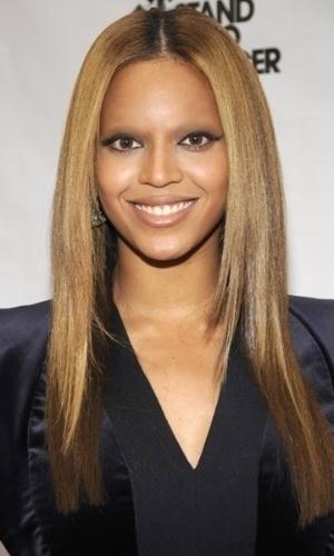 Tirar as sobrancelhas - Outro truque de Photoshop que deixa as celebridades com aparência bizarra é apagar totalmente suas sobrancelhas. Na foto, a cantora Beyoncé