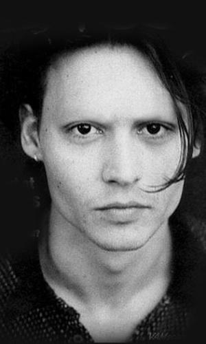 Tirar as sobrancelhas - Outro truque de Photoshop que deixa as celebridades com aparência bizarra é apagar totalmente suas sobrancelhas. Na foto, o ator Johnny Depp