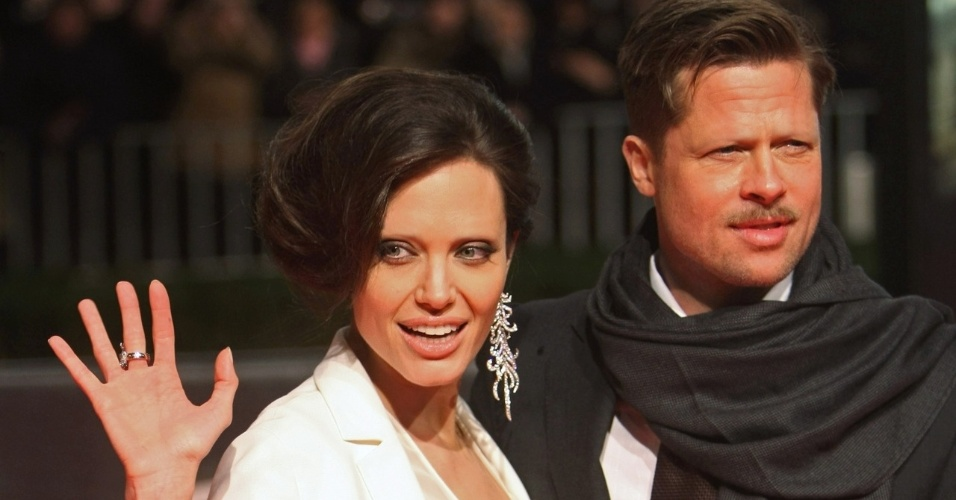 Tirar as sobrancelhas - Outro truque de Photoshop que deixa as celebridades com aparência bizarra é apagar totalmente suas sobrancelhas. Na foto, o casal de atores Angelina Jolie e Brad Pitt
