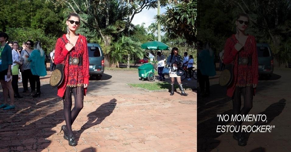 Vanessa Monteiro, 34, stylist, usa FKawallys, cardigã Zara, sapato Topshop e acessórios de brechó (14/06/2012)