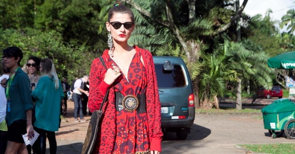 Vanessa usa cardigã Zara e acessórios de brechó (14/06/2012)