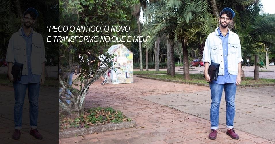 Victor Miranda, 22, do site Modismonet.com, veste look de brechó com calça Osto, sapato Dr. Martens e lenço que pegou emprestado de um amigo (14/06/2012)
