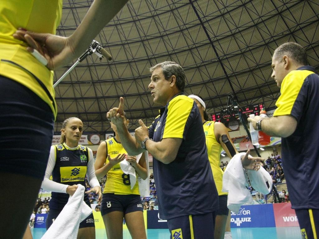 Zé Roberto orienta brasileiras durante tempo técnico no duelo contra a Alemanha, em São Bernardo