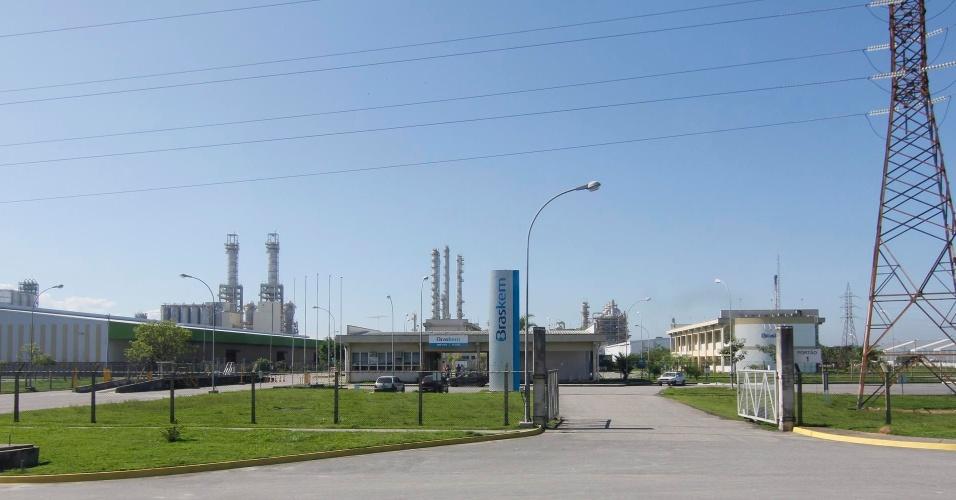 16.jun.2012 - Braskem é uma das empresas que compõem o complexo da Reduc, no Rio de Janeiro, e faz parte da visita pela baixada para conhecer problemas e contrastes ambientais