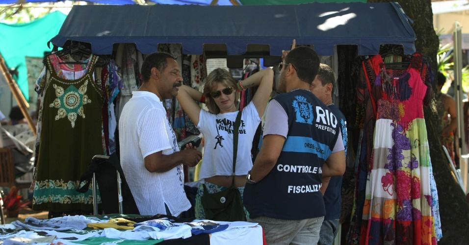 16.jun.2012 - Fiscais da Secretaria Municipal de Ordem Pública fiscalizam ambulantes não credenciados vendendo produtos na Cúpula dos Povos no Parque do Flamengo
