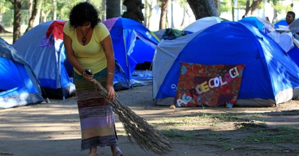 16.jun.2012 - Jovem varre acampamento localizado na Cúpula dos Povos, um dos maiores eventos paralelos da Rio+20, Conferência da ONU sobre Desenvolvimento Sustentável