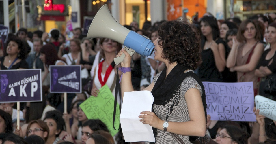 16.jun.2012 - Mulheres fazem protesto em Ancara, capital da Turquia, contra os planos o governo turco de alterar a lei do aborto
