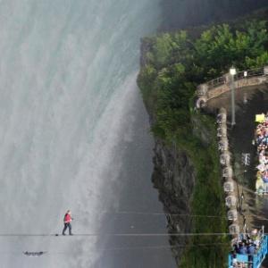 O equilibrista norte-americano Nik Wallenda atravessa as cataratas do Ni�gara, no Canad�,<br>na corda bamba, sob os olhares de curiosos