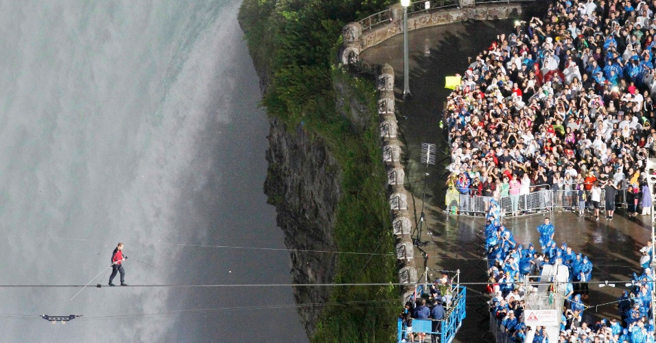 16.jun.2012 - O equilibrista norte-americano Nik Wallenda atravessa neste s&#225;bado (16) as cataratas do Ni&#225;gara, no Canad&#225;, na corda bamba