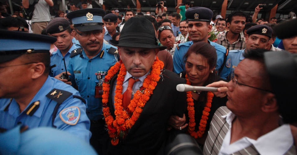 16.jun.2012 - O nepal&#234;s Govinda Prasad Mainali, de 45 anos, chega ao Aeroporto Internacional de Tribhuvan, em Katmandu (Nepal)