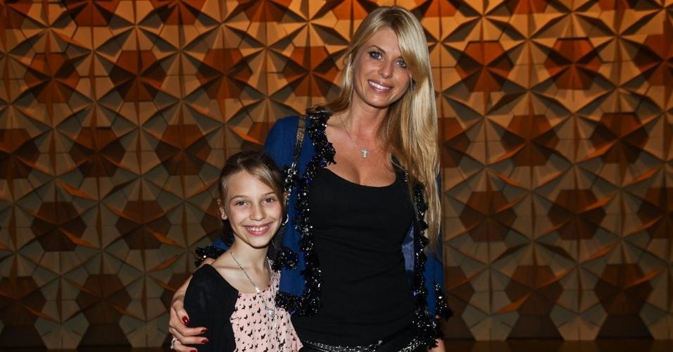 A modelo Caroline Bittencourt vai com a filha no último dia de desfiles da São Paulo Fashion Week (16/6/12)