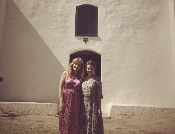"""Angélica postou em seu perfil no Twitter uma foto com Fernanda Souza em Trancoso, Bahia, onde a apresentadora gravou o programa """"estrelas"""" com a atriz: """"Sabado lindo com minha querida e amada"""", escreveu"""