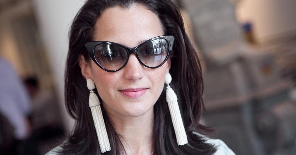 Detalhe para os brincos Oscar de la Renta e os óculos Tom Ford, de Joana (15/06/2012)