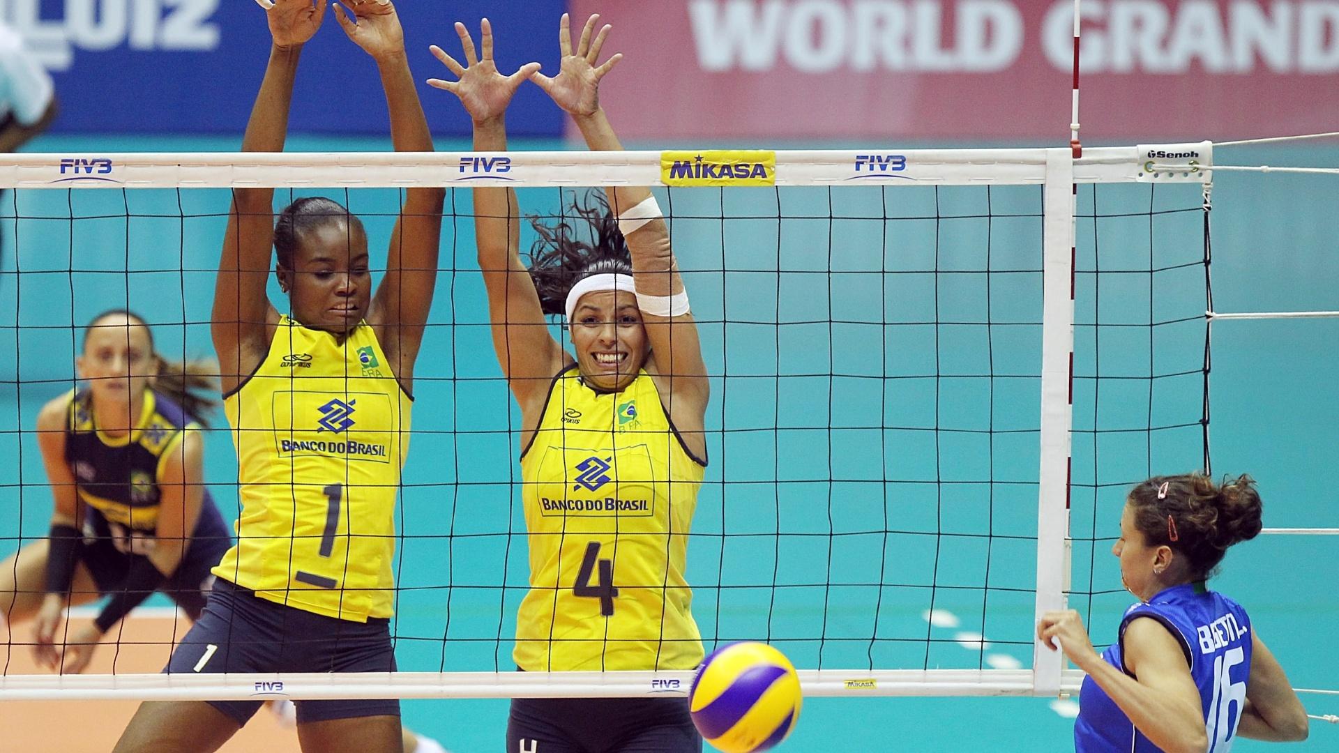 Fabiana e Paula Pequeno bloqueiam ataque de jogadora italiana durante partida em São Bernardo