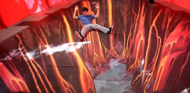 Garoto brinca em instalação do artista alemão Edgard Müeller na USP (16/6/12)