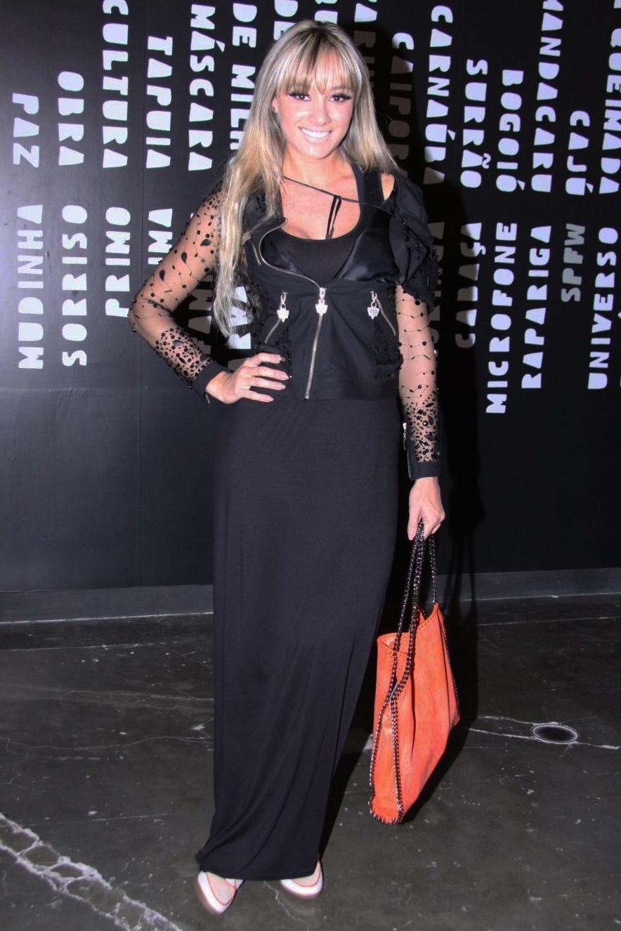 Juju Salimeni usa look comportado no último dia de desfiles do São Paulo Fashion Week (16/06/2012)