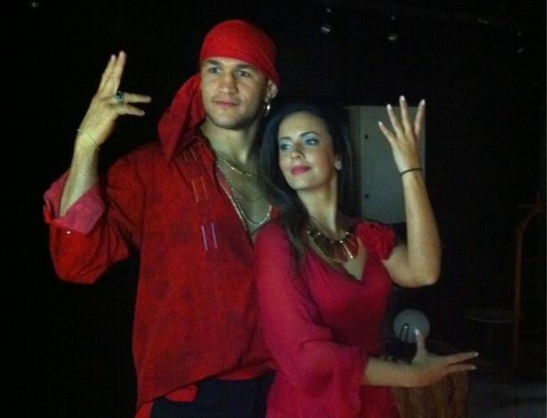 Junior dos Santos faz jus ao apelido e posa de Cigano ao lado da apresentadora Paloma Tocci, da Band