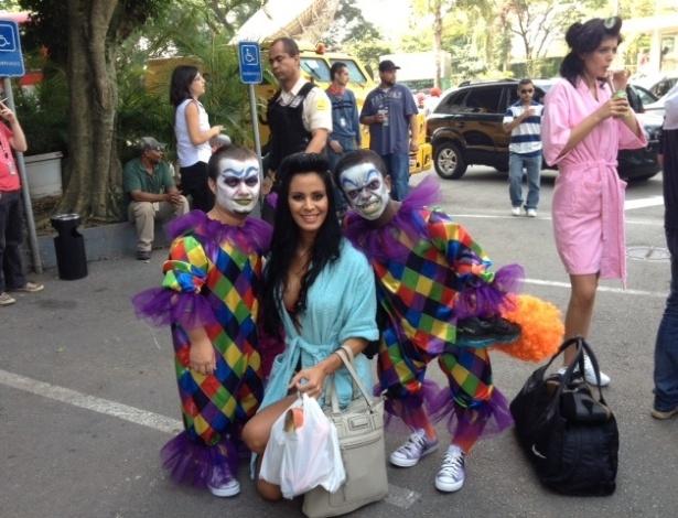 Lorena Bueri, musa do Paulistão 2012, posa para foto ao lado de integrantes do Pânico da Band