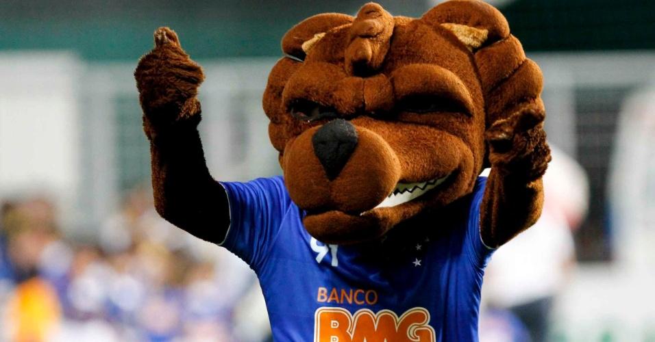 Mascote oficial do Cruzeiro anima a torcida antes da partida contra o Figueirense, neste sábado