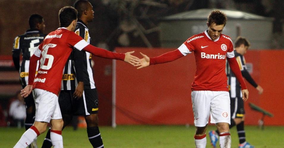 Meia Oscar e o atacante Dagoberto se cumprimentam durante jogo do Internacional, neste sábado