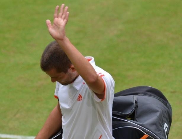 Mikhail Youzhny deixa a quadra após a derrota na semifinal em Halle