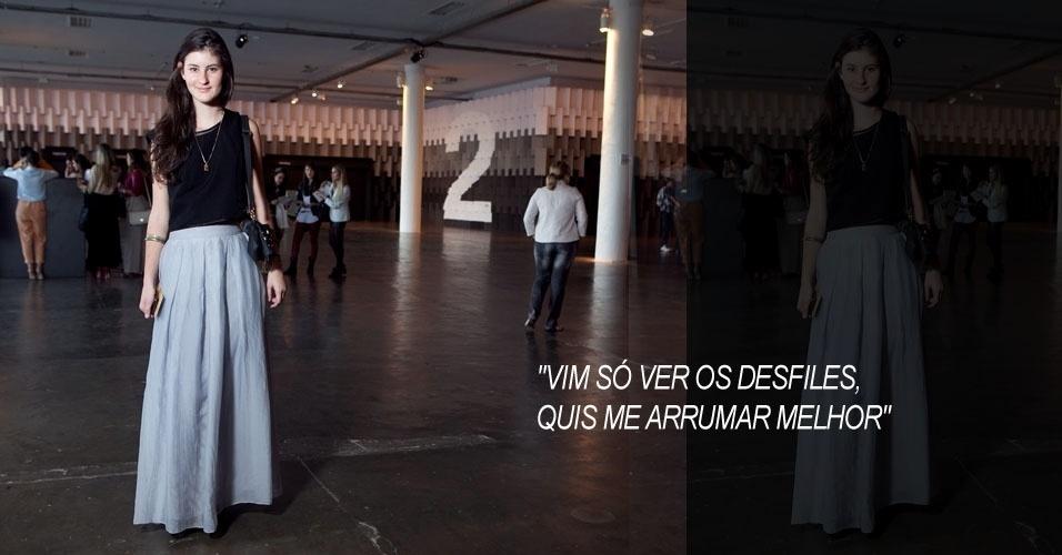 Raquel Brandão, 21, estagiária em uma marca de bolsas, veste saia e sapato comprados em brechó, blusa Oscar de la Renta e bolsa Diávola (16/06/2012)