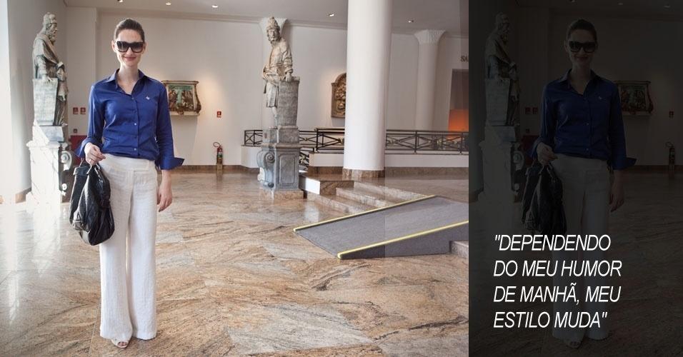 Silaine Stupp, 29, trabalha com marketing, veste camisa Dudalina, calça Fility, casaco Zara, sapato Capodarte, bolsa Armani e óculos Gucci (15/06/2012)