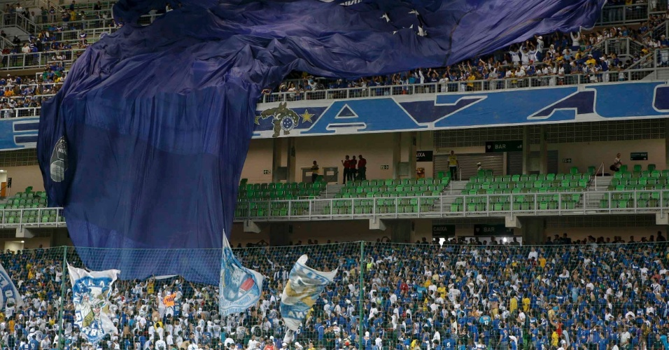 Torcida tenta estender bandeir&#227;o de apoio ao Cruzeiro em partida deste s&#225;bado pelo Brasileir&#227;o