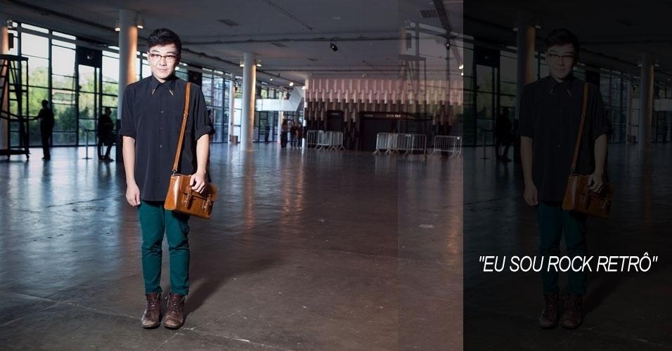 Victor Hugo Yuki Yamagushi, 21, estudante de moda, veste calça e coturno Zara, blusa Alan Therrier e maletinha comprada na Coreia e óculos Ray-Ban (16/06/2012)