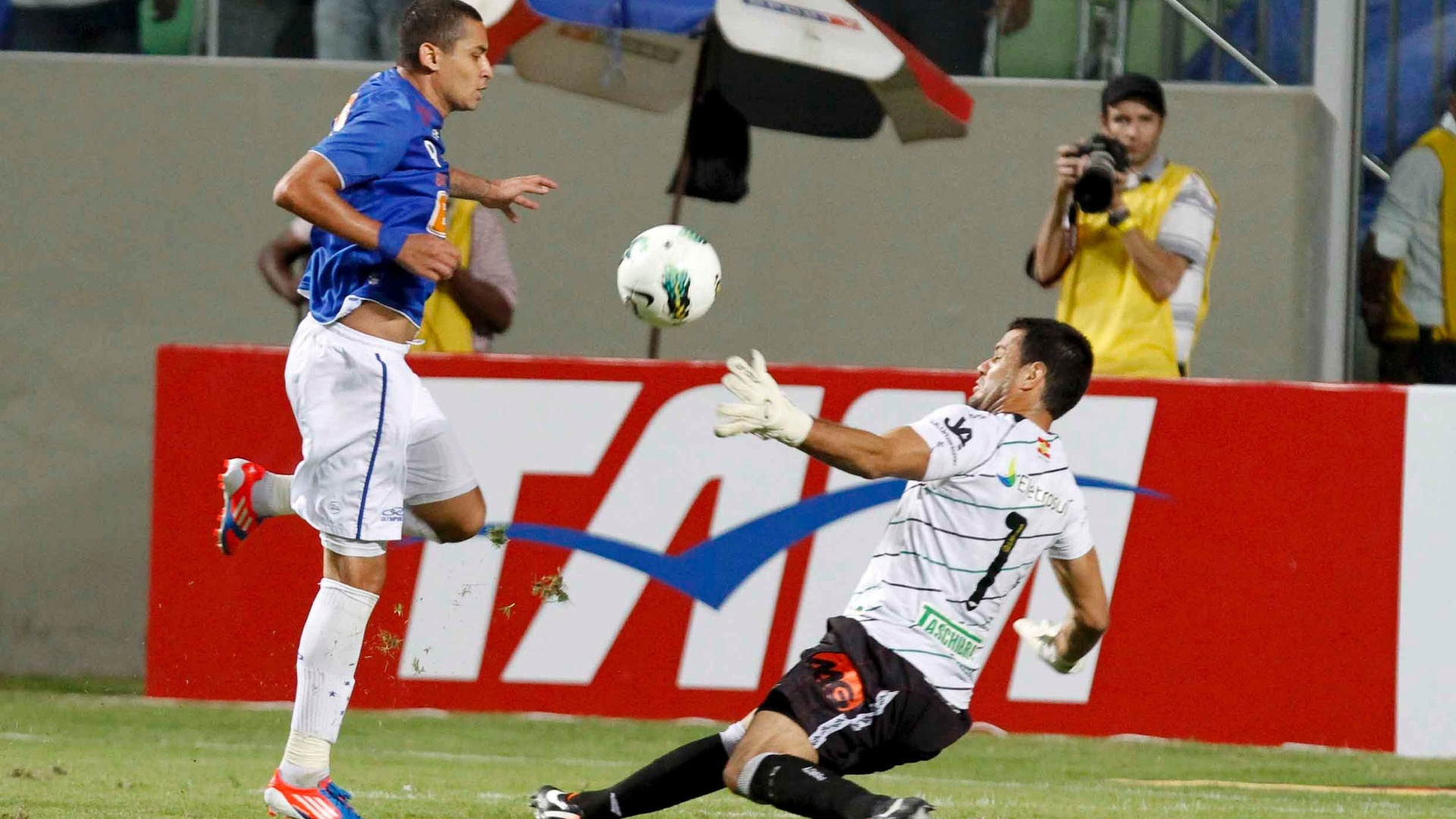 Wellington Paulista diante do goleiro Wilson, do Figueirense (16/6/2012)