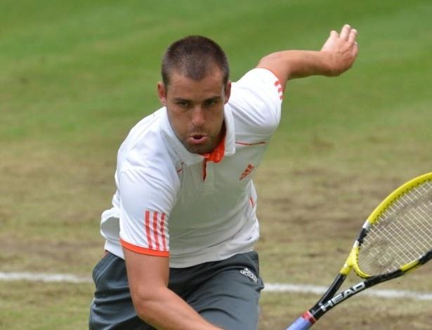 Youzhny se esforça para chegar na bola no revés para Roger Federer na Alemanha