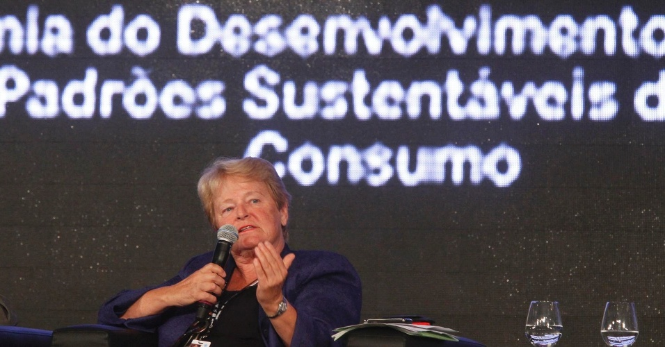 17.jun.2012 - A ex-primeira-ministra da Noruega Gro Harlem Brundtland, criadora do conceito de desenvolvimento sustent&#225;vel, participou da quarta plen&#225;ria dos Di&#225;logos para o Desenvolvimento Sustent&#225;vel. A principal quest&#227;o discutida foi a necessidade do envolvimento de governos na cria&#231;&#227;o de leis e taxas para as ind&#250;strias &#34;sujas&#34;. &#34;&#201; crucial evitar os subs&#237;dios danosos. Os governos precisam orientar a mudan&#231;a nos padr&#245;es de consumo e torn&#225;-los mais sustent&#225;veis&#34;, disse Brundtland