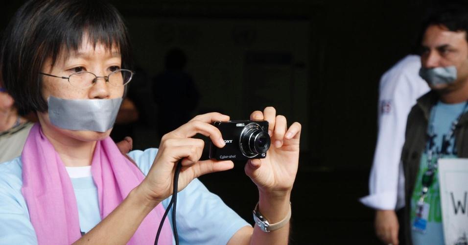 17.jun.2012 - Ativista tira foto durante protesto contra falta de liberdade durante o Fórum de Desenvolvimento Sustentável realizado na Rio+20, Conferência da ONU sobre Desenvolvimento Sustentável
