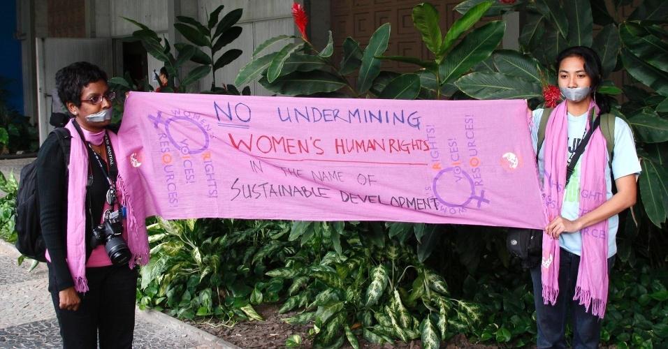 17.jun.2012 - Ativistas protestam pelo direitos das mulheres na Rio+20, Conferência da ONU sobre Desenvolvimento Sustentável