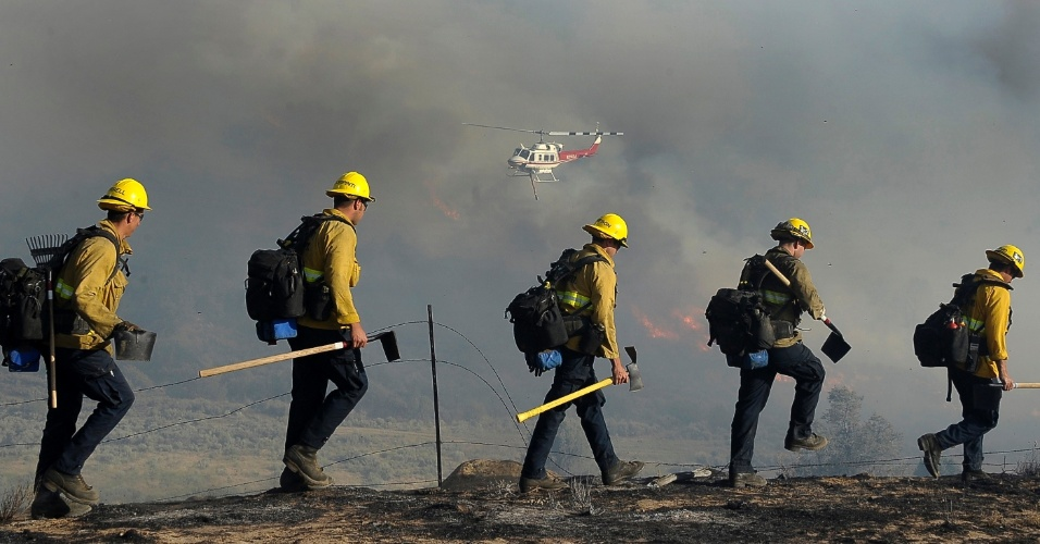 17.jun.2012 - Bombeiros combatem inc&#234;ndio florestal na Calif&#243;rnia