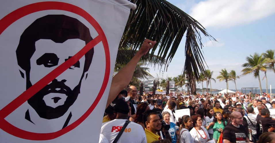17.jun.2012 - Cerca de 300 pessoas participaram de um protesto na praia de Ipanema, no Rio de Janeiro, contra a presen&#231;a do presidente do Ir&#227;, Mahmoud Ahmadinejad, na cidade para a Rio+20, Confer&#234;ncia da ONU sobre Desenvolvimento Sustent&#225;vel