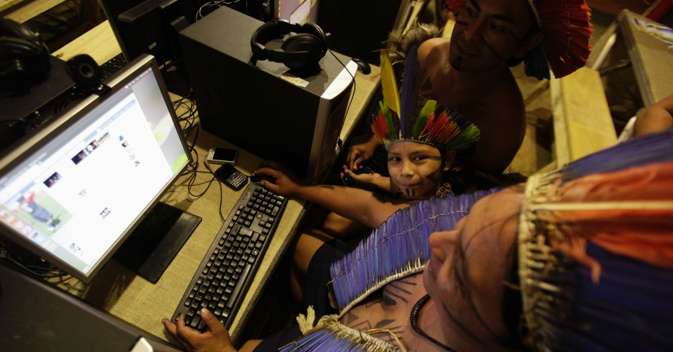 17.jun.2012 - &#205;ndios acessam a internet na aldeia Kari-Oca, durante a Rio+20, Confer&#234;ncia da ONU sobre Desenvolvimento Sustent&#225;vel