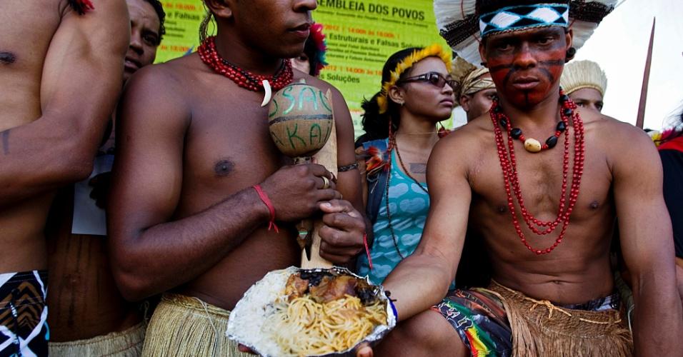 17.jun.2012 - Índios de várias etnias reclamam que comida distribuída no almoço na Cúpula dos Povos, um dos maiores eventos paralelos da Rio+20, tem vindo vindo estragada