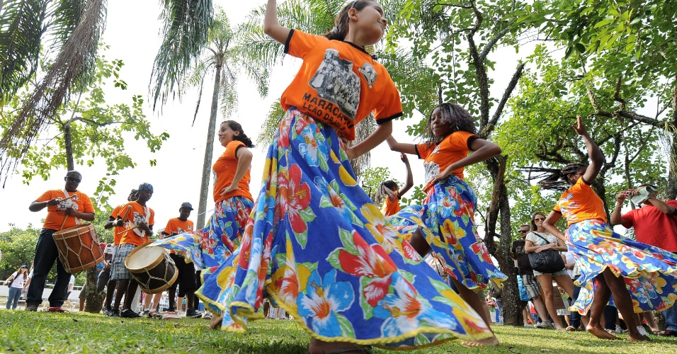 17.jun.2012 - Maracatu se apresenta na C&#250;pula dos Povos, um dos maiores eventos paralelos da Rio+20, Confer&#234;ncia da ONU sobre Desenvolvimento Sustent&#225;vel