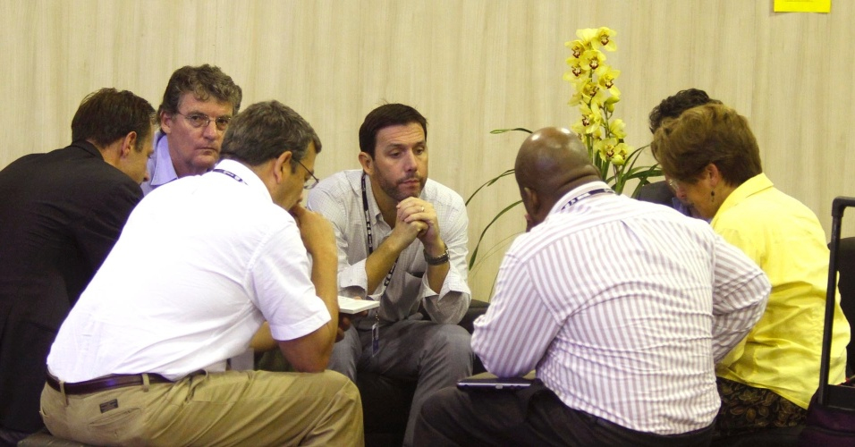 17.jun.2012 - Participantes de F&#243;rum conversam nos intervalos das confer&#234;ncias realizadas na Rio+20, Confer&#234;ncia da ONU sobre Desenvolvimento Sustent&#225;vel, conversam nos corredores