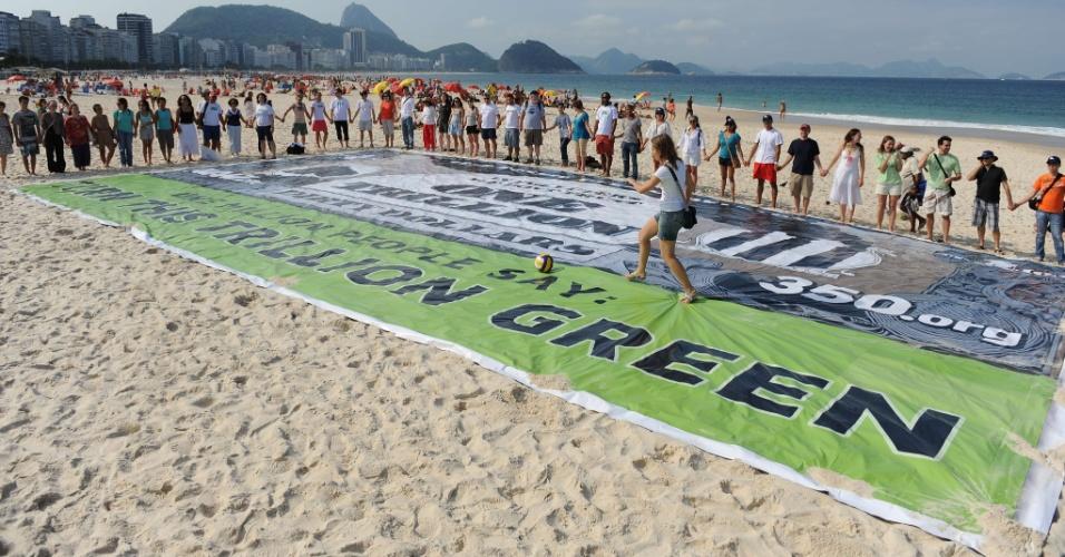 17.jun.2012 - Várias ONGs fazem manifestação pelo fim dos subsídios públicos em combustíveis fósseis e pedem investimento em energia limpa durante a Rio+20, Conferência da ONU sobre Desenvolvimento Sustentável