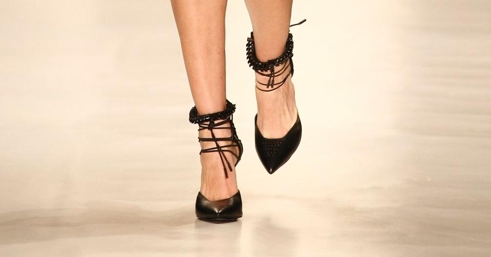 A Animale propôs modelos com amarrações e texturas para o Verão 2013